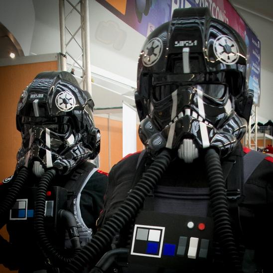 Dos pilotos imperiales recién aterrizados en la feria.