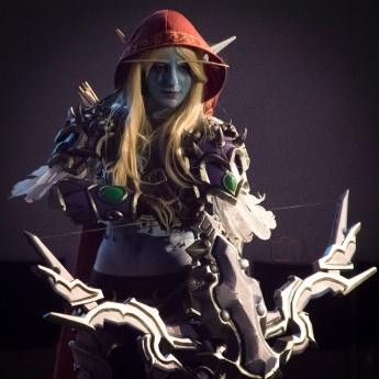 Una elfa con arco.